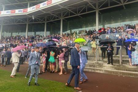 Awan hujan di arena balap